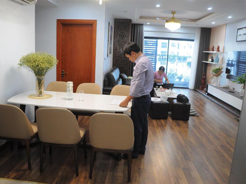 Giao bộ bàn 8 ghế gỗ sồi mặt đá cho nhà chị Hạnh Time City