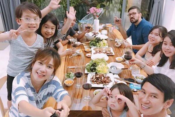Gia đình ca sỹ Lý Hải cũng chọn bàn ăn tấm gỗ tự nhiên