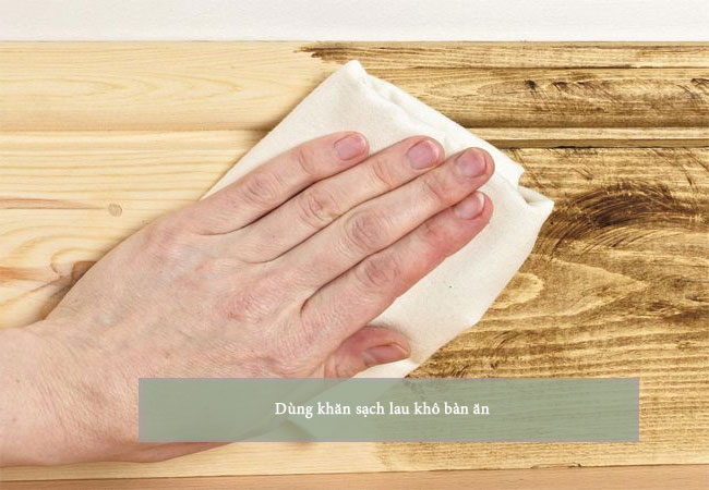 Lau sạch bàn bằng vải khô