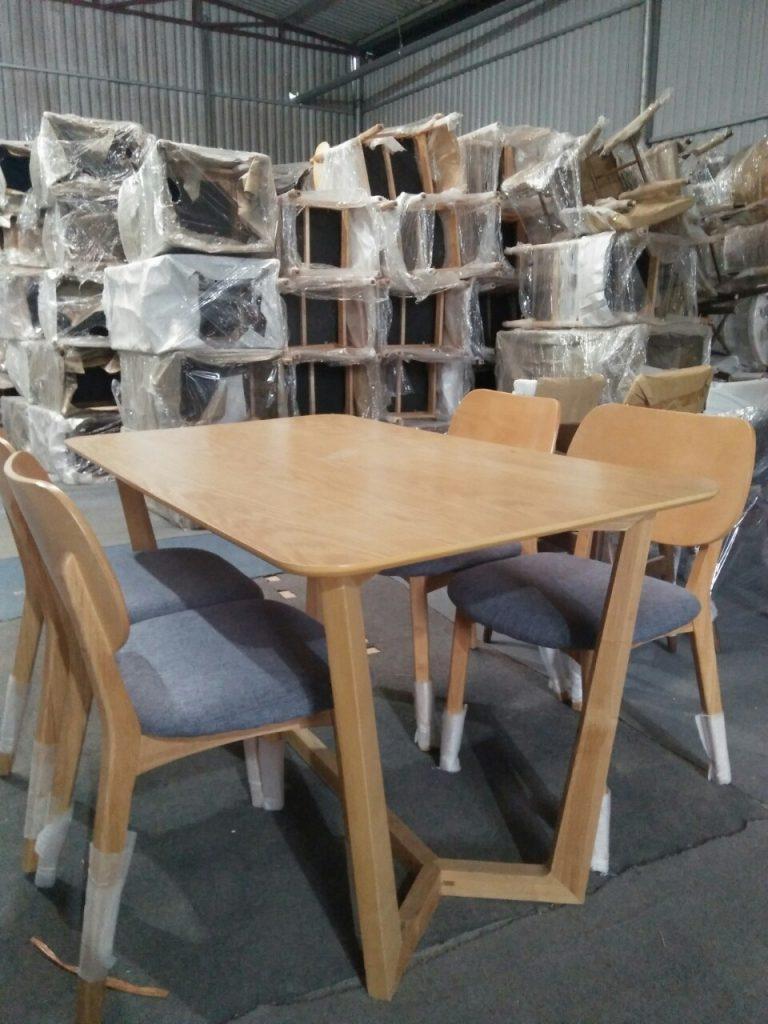 Giao tiếp bộ 4 ghế ăn gỗ chất liệu gỗ Tần Bì khách hàng Hà Đông.