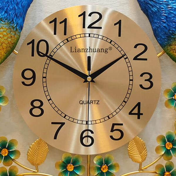 Mặt đồng hồ là 1 lá thép mỏng được in UV cực kỳ sắc nét